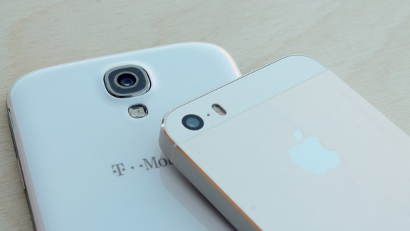 iphone-5s-vs-samsung-galaxy-s4-battle-flagships-raqwe.com-04