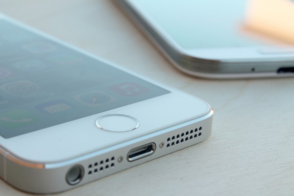 iphone-5s-vs-samsung-galaxy-s4-battle-flagships-raqwe.com-05