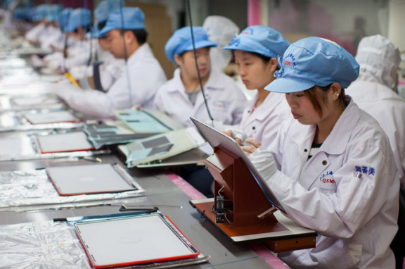 foxconn-employs-90000-workers-produce-iphone-5s-budget-iphone-raqwe.com-01
