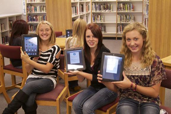 los-angeles-640-000-students-receive-ipad-tablet-raqwe.com-01