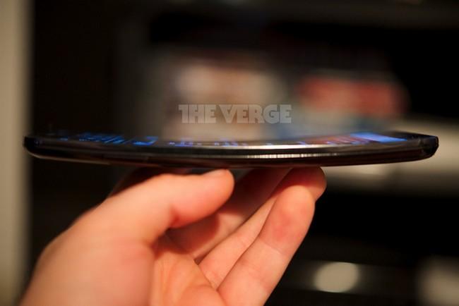 smartphone-lg-g-flex-curved-screen-lit-photo-raqwe.com-03
