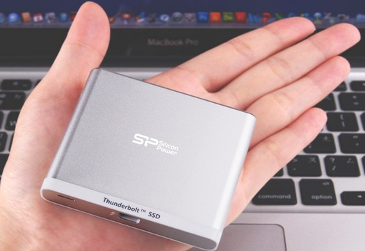 silicon-power-palm-drive-thunder-t11-thunderbolt-ssd-hand-raqwe.com-01