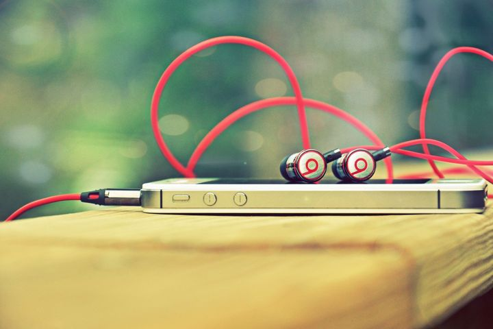 apple-buys-beats-3-2-billion-raqwe.com-01