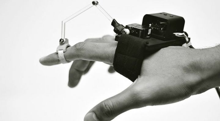New gadget - mechanical glove teach you drawing