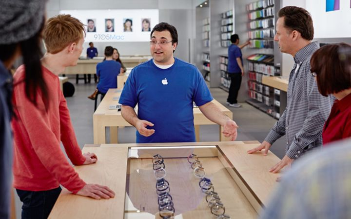 Apple employees are sales training APPLE WATCH
