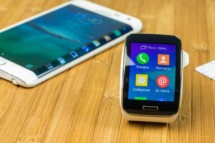 "Honey and bright ""couple"": Samsung Galaxy Note Edge and smart watches Gear S"