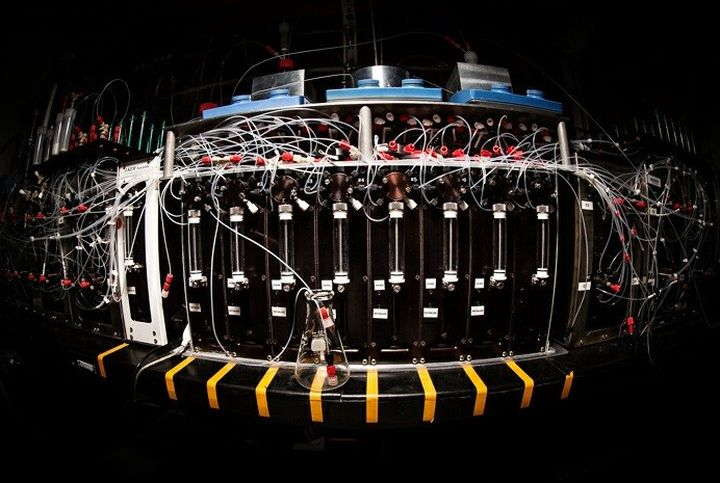 The machine automatically collects complex molecular structure at the microscopic level