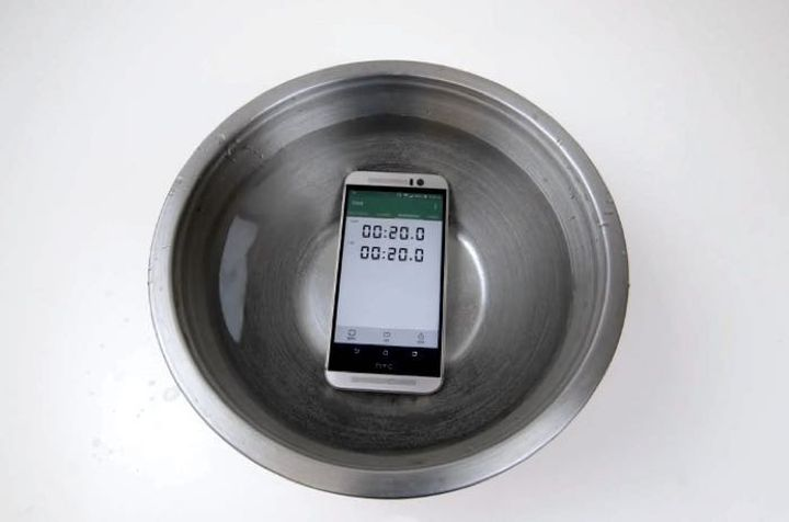 "HTC One M9 ""lived"" under water more than 22 minutes"