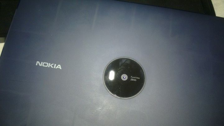 "Cancelled tablet Nokia Lumia 2020 ""lit up"" in the photo"
