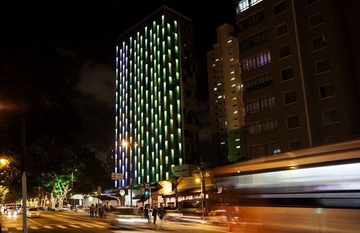 "Brazilian hotel equipped with ""smart"" LED facade"